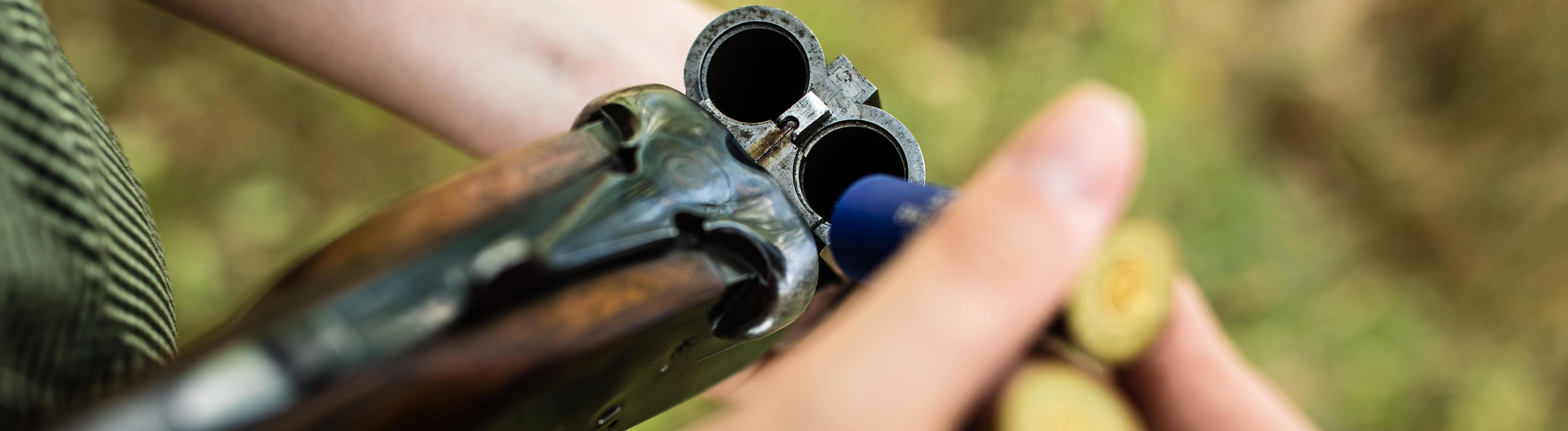Eine Frau lädt ein Gewehr nach