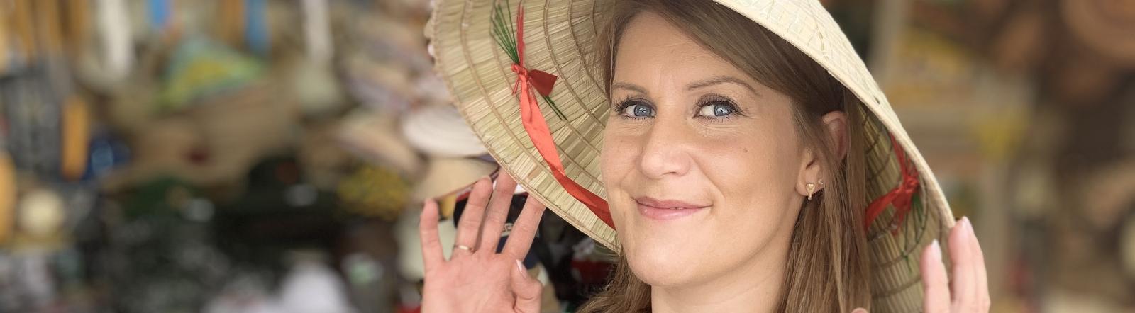 Unterwegs in Asian: Sterneköchin Julia Komp mit Kegelhut