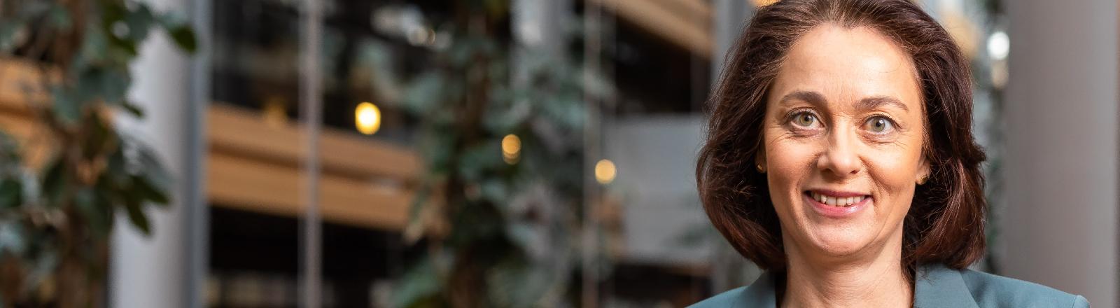 Die Europaabgeordnete Katarina Barley (SPD), Mitglied der Fraktion der Progressiven Allianz der Sozialdemokraten, steht im Gebäude des Europäischen Parlaments.