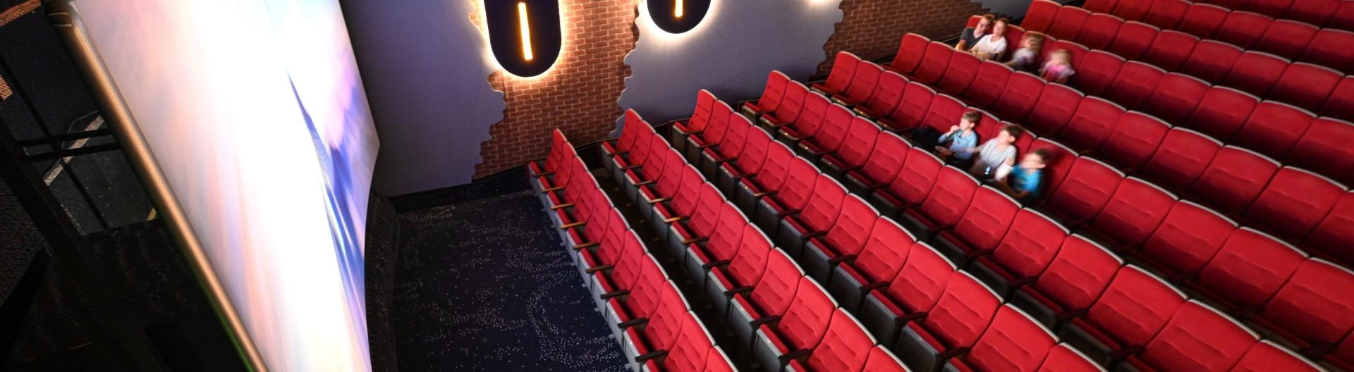 04.06.2020, Baden-Württemberg, Ravensburg: Nur wenige Besucher schauen sich nach den Lockerungen einen Film im Kinozentrum Burgtheater an.