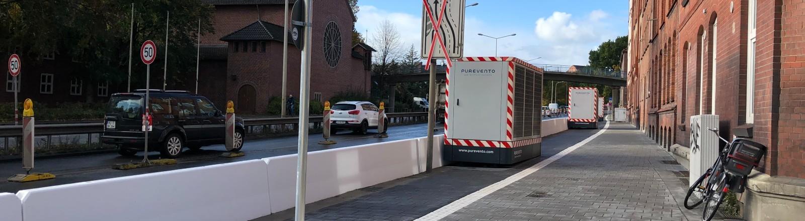 Eine Straße in Kiel mit Luftreinigern