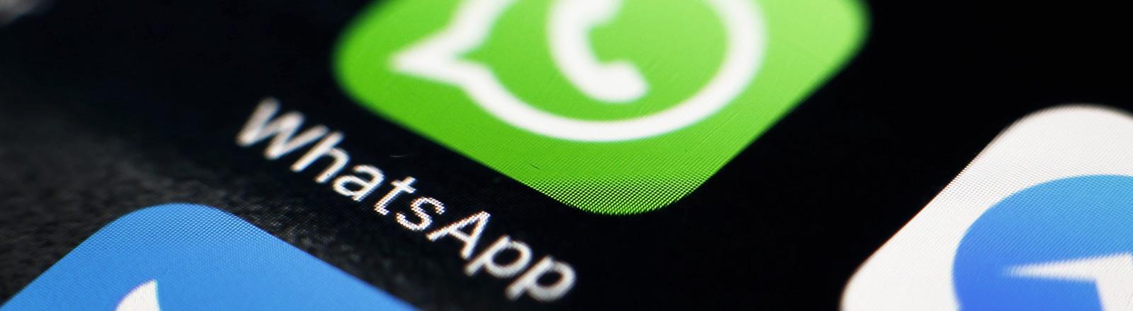 Logo des Kurznachrichtendienstes WhatsApp auf einem Smartphone.
