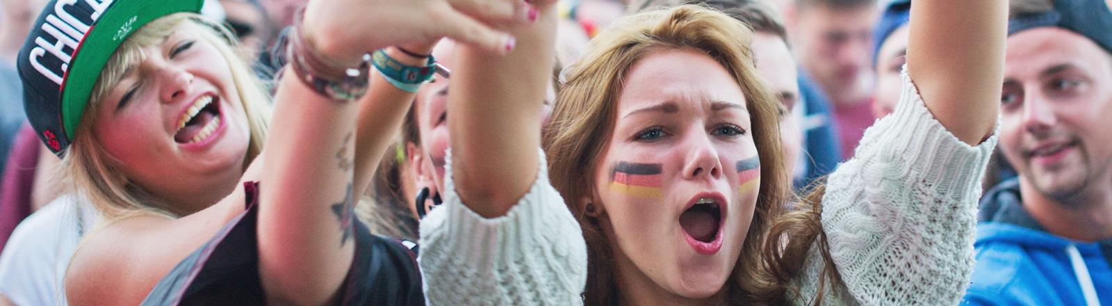"""Festivalbesucher verfolgen am 13.07.2014 auf dem Gelände des Hip-Hop Festival """"Splash"""" in Gräfenhainichen beim Public-Viewing das WM-Finale Deutschland gegen Argentinien."""