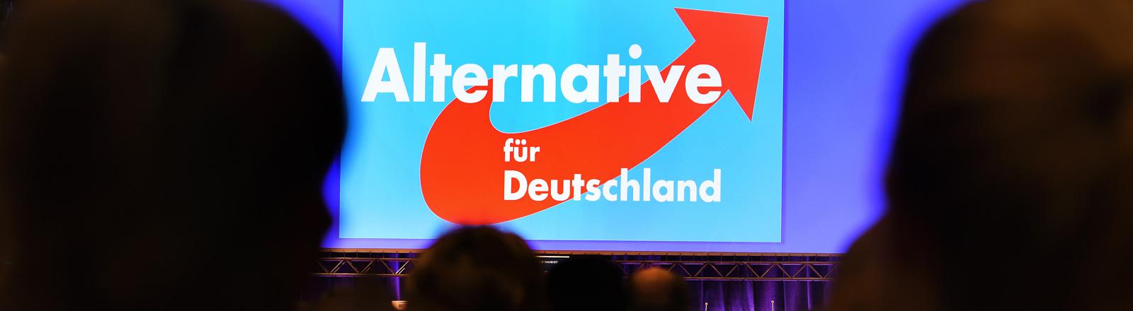 Logo der AfD auf einer Parteiversammlung.
