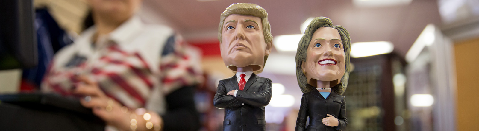Wackelfiguren mit stilisierten Köpfen der Präsidentschaftsanwärter Donald Trump und Hillary Clinton zum Verkauf im White House Gift Shop