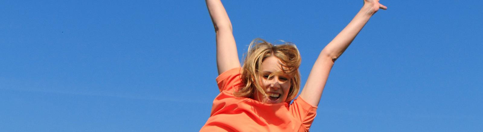 Glückliche springende Frau