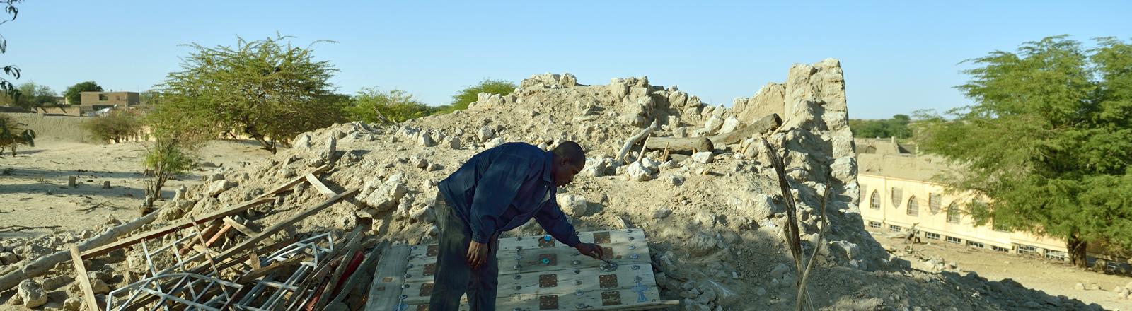 Ruinen des von Islamisten zerstörte Mausoleums des Alfa Moya in Timbuktu (Mali)