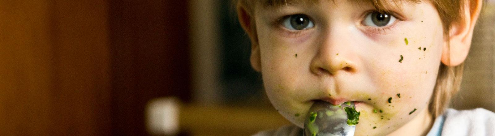 Kind mit Spiant im Gesicht, guckt traurig