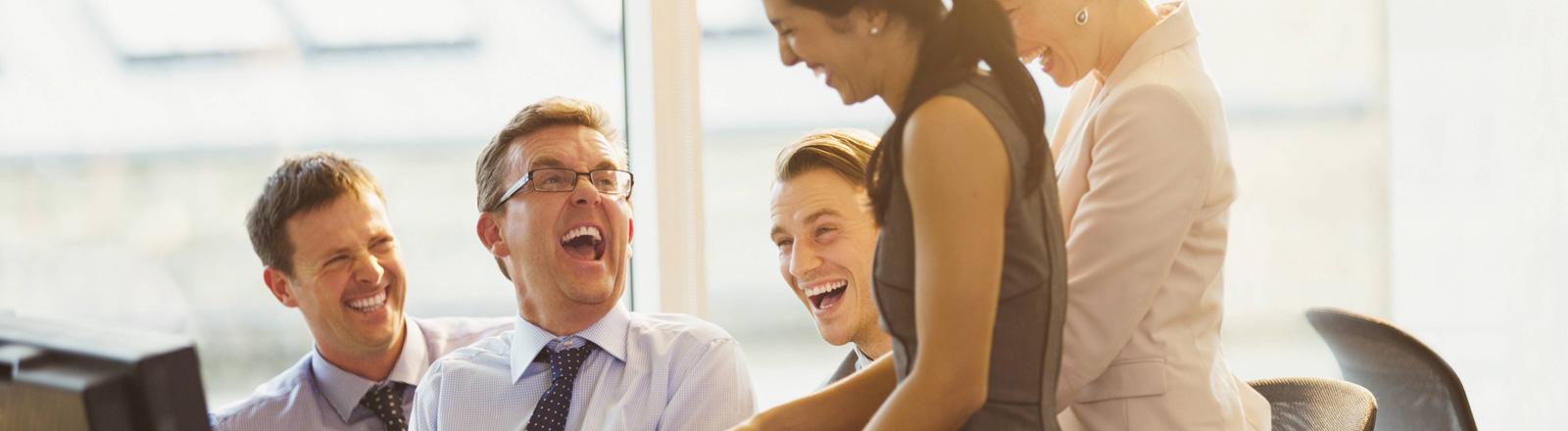 Lachende Büromitarbeiter