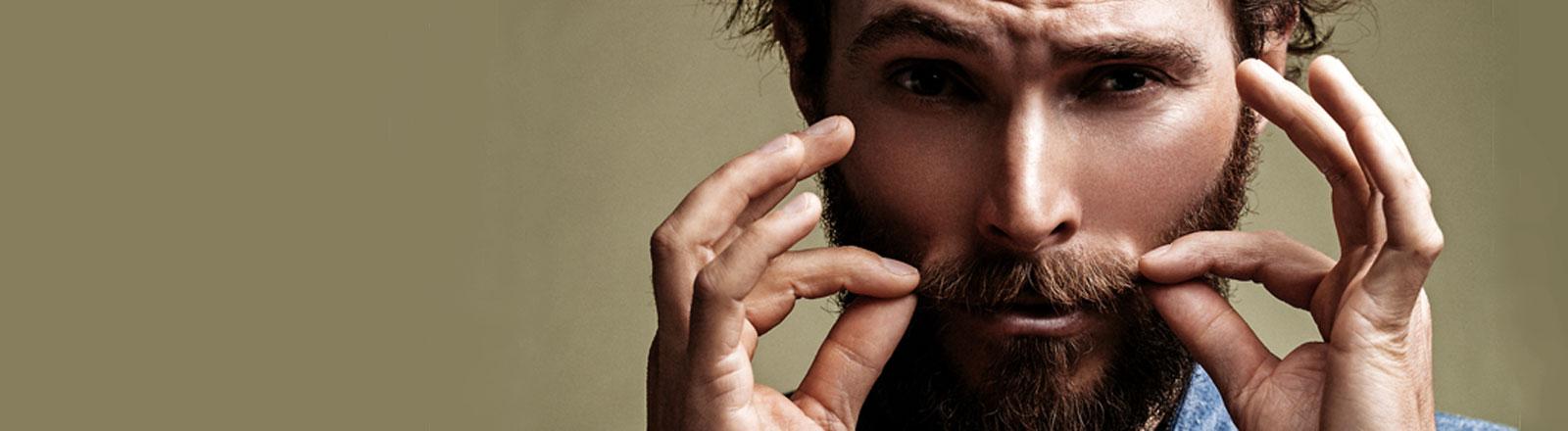 Mann, der seinen Bart zwirbelt
