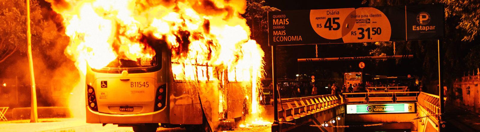 Gewalt beim Generalstreik in Brasilien: In Rio de Janeiro wurden Busse angezündet