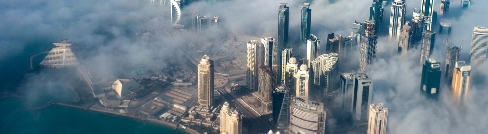Die Skyline von Katars Hauptstadt Doha aus der Vogelperspektive