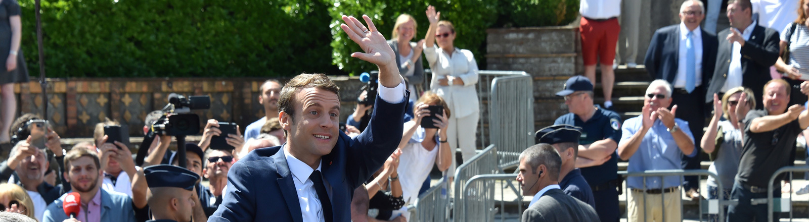 Emmanuel Macron winkt Menschen zu