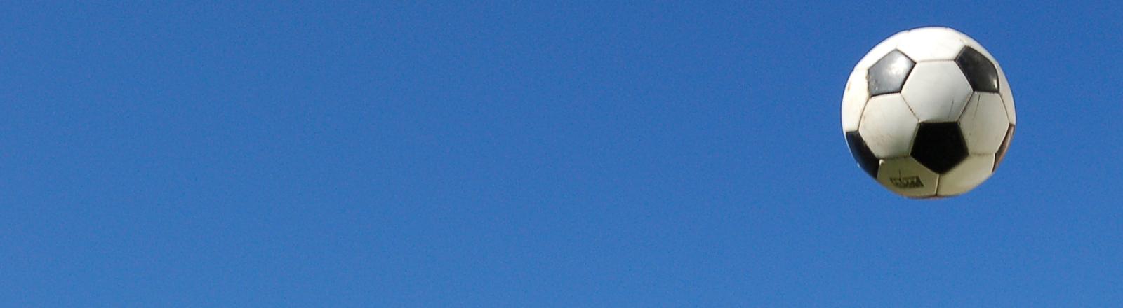 Fussball vor Himmel