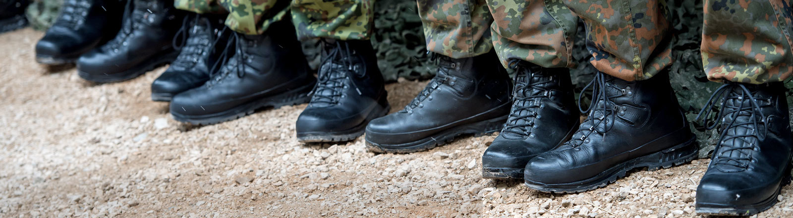 Bundeswehrsoldaten stehen am 23.03.2016 in Bad Reichenhall bei einer Übung in einer Reihe.