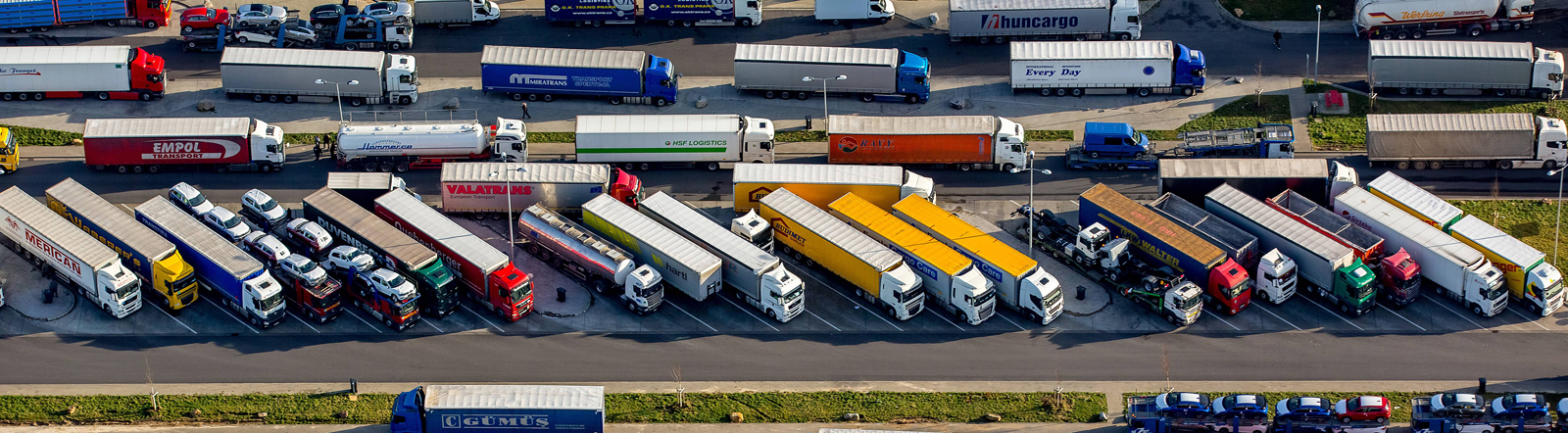 Luftaufnahme eines überfüllten LKW-Parkplatzes