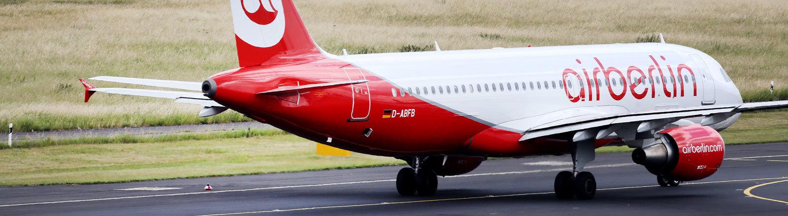 Ein Flugzeug von Air Berlin landet am 13.06.2017 auf dem Flughafen von Düsseldorf (Nordrhein-Westfalen), im Vordergrund fährt dabei eine andere Maschine. Air Berlin hat Insolvenzantrag gestellt.