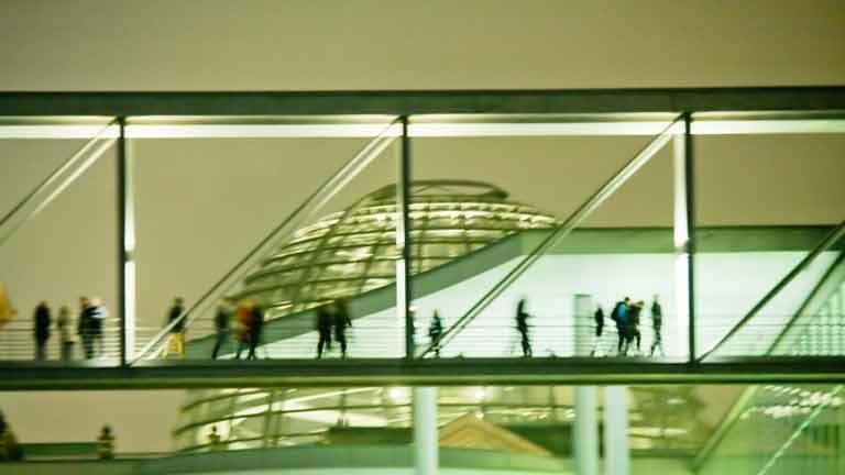 Menschen mit Bundestagskuppel im Hintergrund