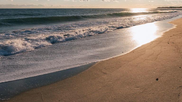 Ein Strand im Sonnenuntergang