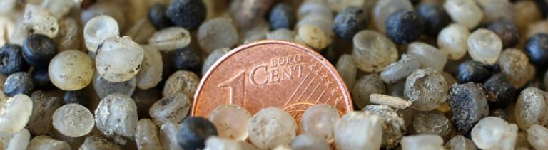 Mikroplastik-Partikel im Vergleich zu einem Cent-Stück