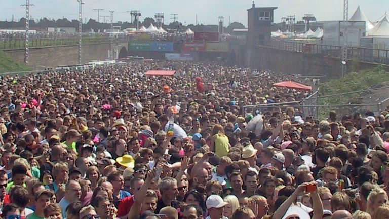 Massen von Menschen gedrängt auf dem Gelände der Loveparade in Duisburg