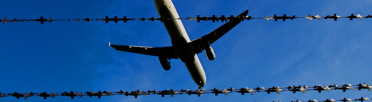 Ein Flugzeug fliegt 26.10.2015 am Flughafen in Hannover (Niedersachsen) hinter Stacheldraht (Symbolbild zum Thema Abschiebung). Mit der Verschärfung des Asylrechts am 1. November müssen Tausende Flüchtlinge mit einer Abschiebung rechnen.