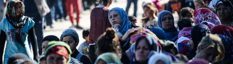 Flüchtlinge warten in langen Schlangen an der Essensausgabe in einem Lager nahe der griechisch-mazedonischen Grenze.