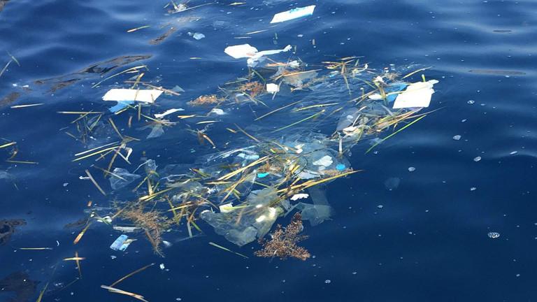Plastikmüll im Meer vor den Balearen