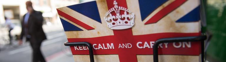 """Eine Postkarte mit dem britischen Spruch """"Keep calm and carry on"""" im Ständer."""