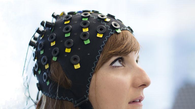 Foto der Kopfhaube, mit deren Hilfe die Gedanken von gelähmten Patienten gelesen werden sollen