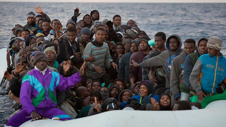 Migranten und Flüchtlinge in einem Gummiboot, die Richtung Europa fahren, werden am 03.02.2017 im Mittelmeer, 34 Kilometer nördlich von Sabratha (Lybien), von der spanischen NGO Proactiva Open Arms gerettet.