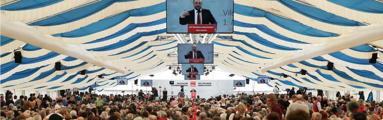 Der Kanzlerkandidat der SPD, Martin Schulz, spricht am 01.03.2017 in Vilshofen (Bayern) beim Politischen Aschermittwoch der SPD.