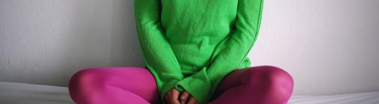 Frau mit Schlabber-Pulli und Yogapants