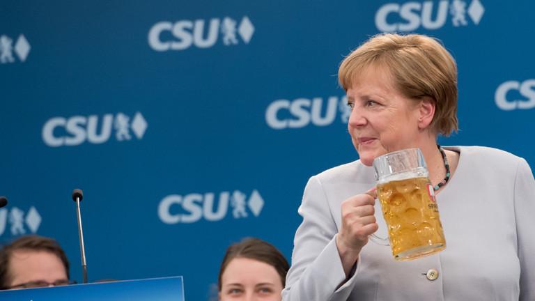 Bundeskanzlerin Merkel trinkt bei einem Wahlkampf-Auftritt in München in einem Bierzelt ein Bier.