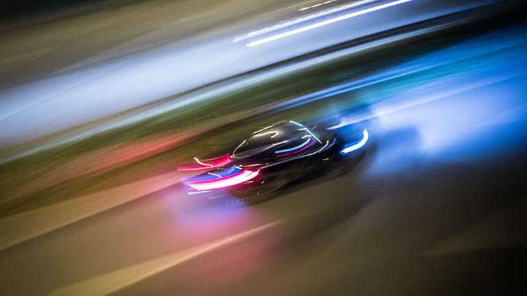 Zu Lichtspuren verwischt sind am 14.10.2016 in Frankfurt am Main (Hessen) die Fahrzeuge auf der Autobahn 661 (A 661)