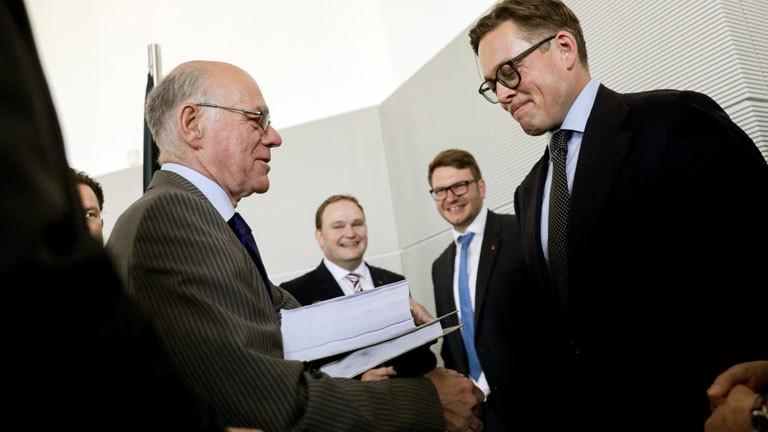 Bundestagspräsident Norbert Lammert nimmt einen zweiten Abschlussbericht des NSA-Untersuchungsausschusses entgegen.