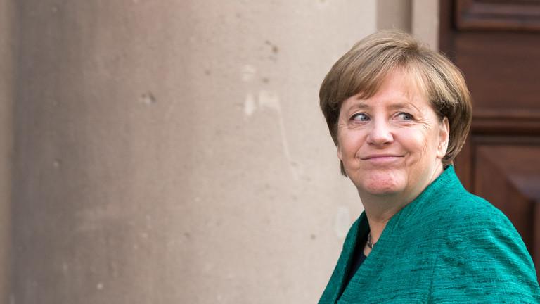 Bundeskanzlerin Angela Merkel auf dem Weg zu den ersten Sondierungsgesprächen zwischen der Union und der FDP.