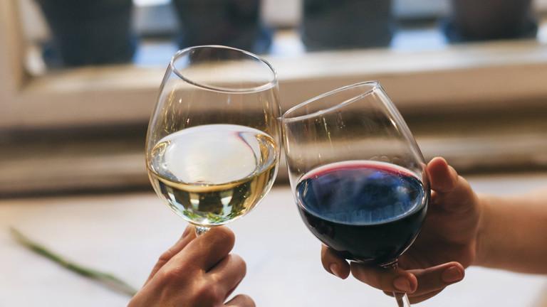 Zwei Weinglaser, die anstoßen.