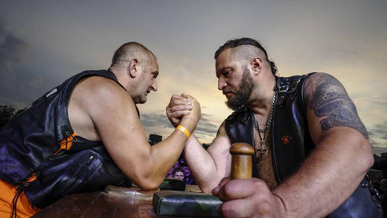 Männer in Estland beim Armdrücken