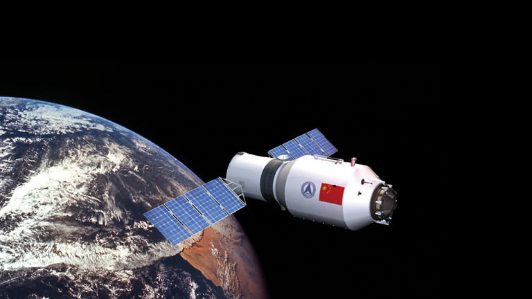 Bildmontage: Das Raumlabor Tiangong-1 umkreist die Erde