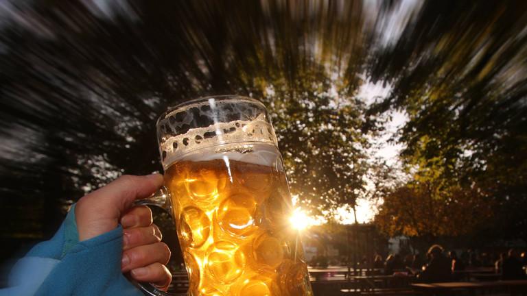Hand hält einen Bierkrug