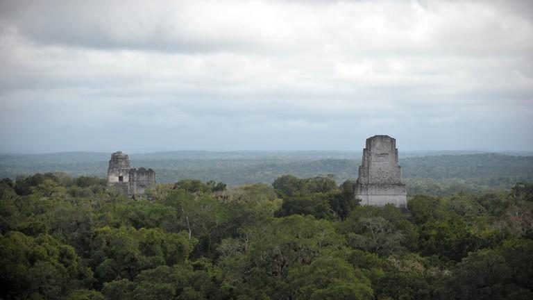 Die Ruinen der alten Maya-Stadt Tikal in Guatemala.
