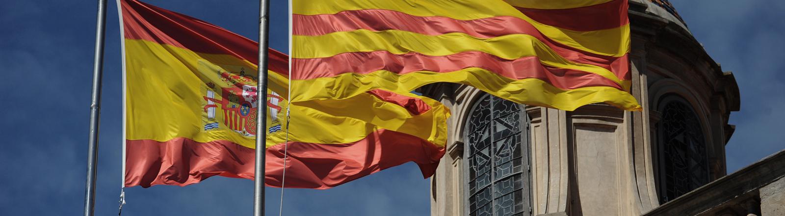Die Katalonische und Spanische Flagge zusammen.