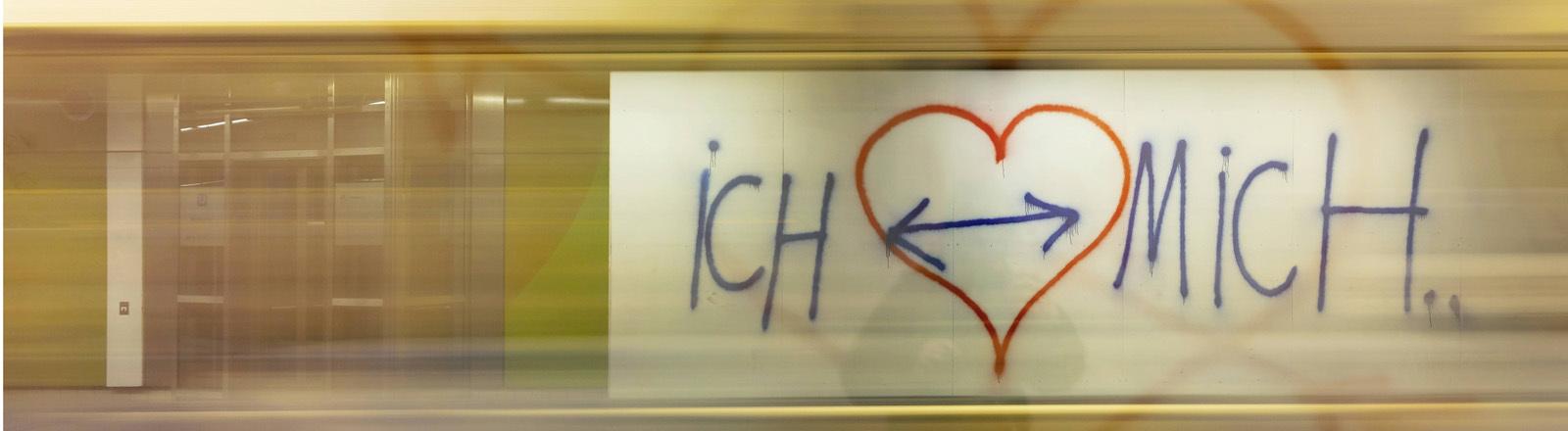 """Plakat mit einem Herz und der Aufschrift """"Ich liebe mich""""."""