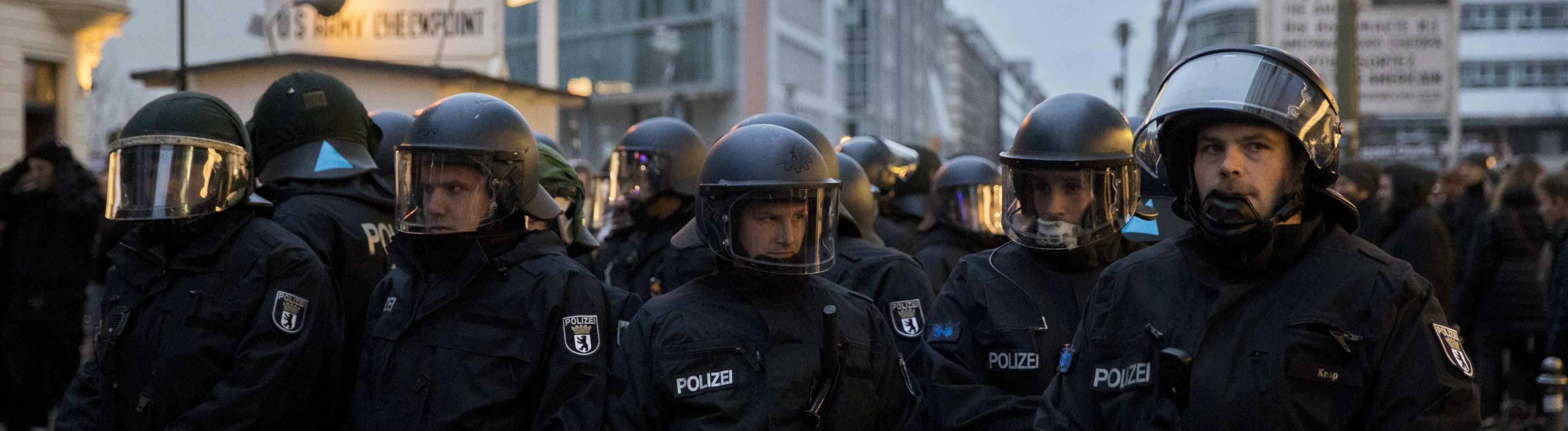 Polizisten bei einer Demonstration am Checkpoint Charlie