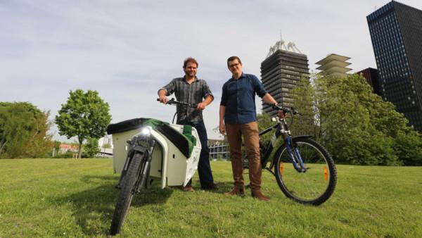 Paulus Müller und Klaas Reese mit Rädern vor dem Deutschlandradio Gebäude in Köln