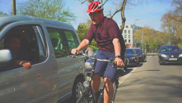 Standbild Video - Radfahrer wird von Autofahrer getürt