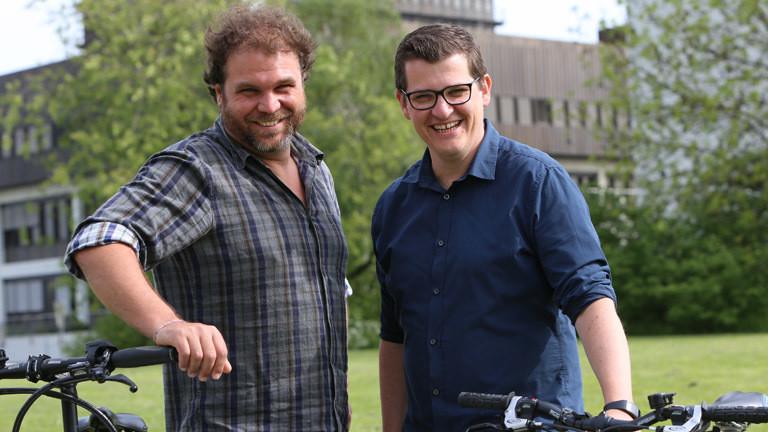 Radreporter Paulus Müller und Klaas Reese mit ihren Rädern