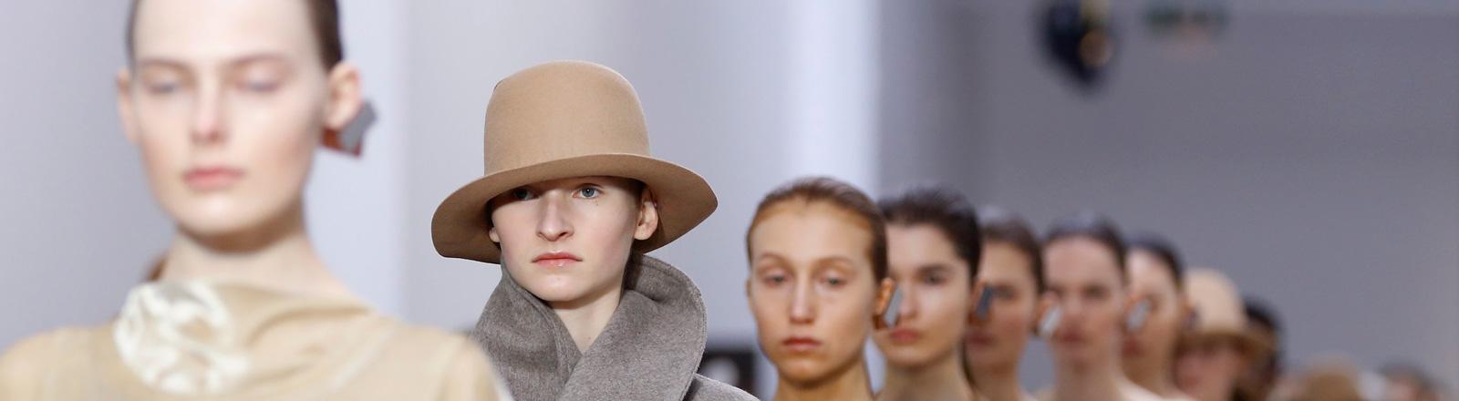Der Designer Samuel Drira for Nehera präsentiert seine Herbst-Winter-Kollektion 2016/2017 bei der Fashion Week in Paris