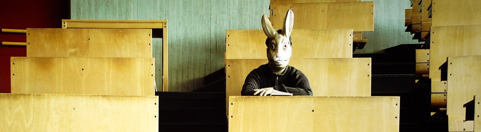 Student mit Hasenmaske in Hörsaal